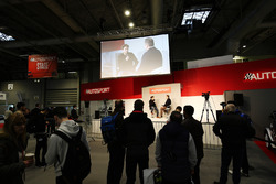 Oliver Rowland in gesprek met Henry Hope-Frost op de beursvloer van Autosport