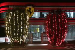 Addobbi natalizi all'esterno della fabbrica della Scuderia Ferrari