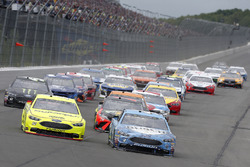 Ryan Blaney, Team Penske, Ford Fusion Menards/Duracell, Kevin Harvick, Stewart-Haas Racing, Ford Fusion Busch Beer