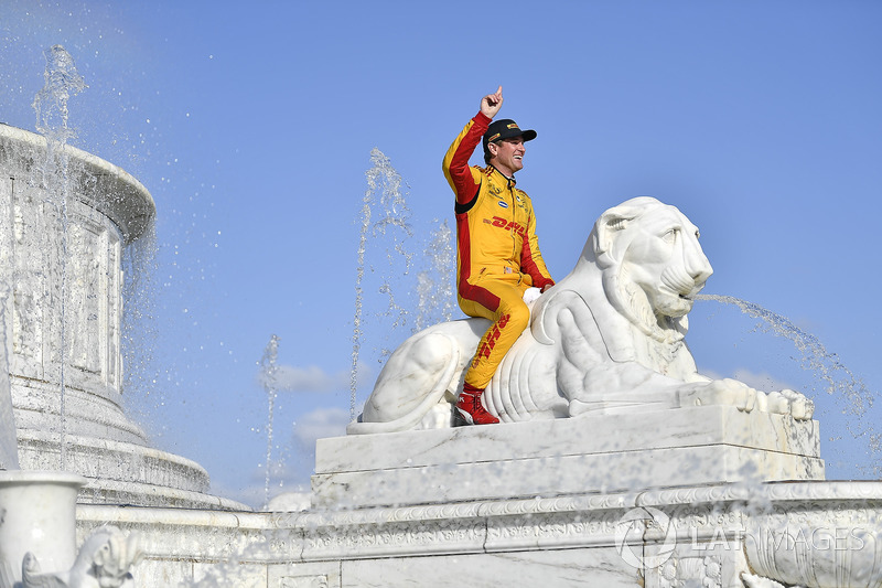 Ryan Hunter-Reay, Andretti Autosport Honda celebrates the win by getting in the Scott Fountain