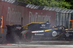 Carlos Sainz Jr., Renault Sport F1 Team R.S. 18 hits the wall in FP2