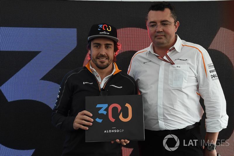 Fernando Alonso, McLaren, celebra sus 300 grandes premios con Eric Boullier, director de McLaren