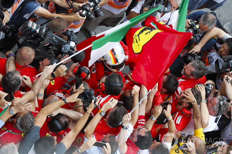 Sebastian Vettel, Ferrari, festeggia la vittoria nel parco chiuso