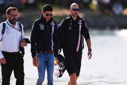 Esteban Ocon, Force India, et Gwen Lagrue arrivent au circuit