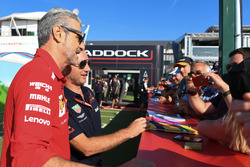 Christian Horner, Team Principal Red Bull Racing e Maurizio Arrivabene, Team Principal Ferrari, con dei tifosi