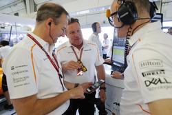 Jonathan Neale, Director Ejecutivo, McLaren, habla con Zak Brown, CEO de McLaren Racing