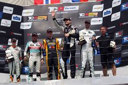 Podio: ganador de la carrera Dusan Borkovic, Target Competition Hyundai i30 N TCR, segundo lugar Stian Paulsen, Stian Paulsen Racing Cupra TCR, tercer lugar Dániel Nagy, M1RA Hyundai i30 N TCR