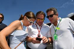 Zak Brown, CEO de McLaren Racing y Alejandro Agag (ESP), CEO Fórmula E en la grilla