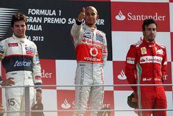 Podio: Lewis Hamilton, McLaren, Sergio Perez, Sauber e Fernando Alonso, Ferrari
