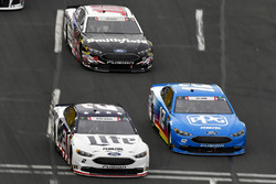 Brad Keselowski, Team Penske, Ford Fusion Stars, Stripes, and Lites e Ryan Blaney, Team Penske, Ford Fusion PPG