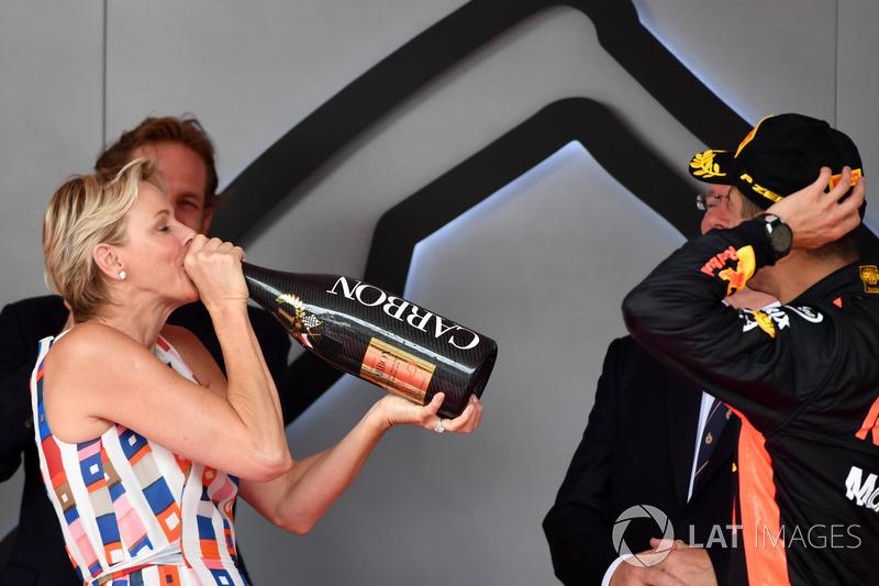La Principessa Charlene di Monaco festeggia sul podio con lo champagne