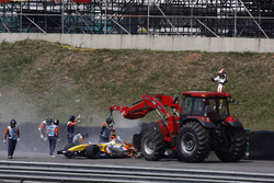 Marshals recover the car of Heikki Kovalainen, Renault R2