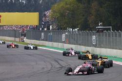 Esteban Ocon, Sahara Force India F1 VJM10, Nico Hulkenberg, Renault Sport F1 Team RS17, Carlos Sainz Jr., Renault Sport F1 Team RS17, Sergio Perez, Sahara Force India F1 VJM10
