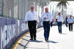 Charlie Whiting, FIA Yarış Direktörü pist yürüyüşü