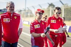 Sebastian Vettel, Ferrari, Maurizio Arrivabene, Ferrari Takım patronu ve Riccardo Adami, Ferrari yarış mühendisi, pist yürüyüşü