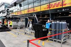 Le fret Alfa Romeo Sauber F1 Team et les préparatifs du garage