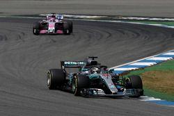 Lewis Hamilton, Mercedes-AMG F1 W09 et Sergio Perez, Force India VJM11