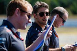 Romain Grosjean, Haas F1 Team, camina en la pista.