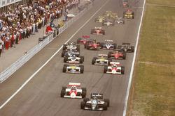 Gerhard Berger, Benetton B186 BMW precede Keke Rosberg, McLaren MP4/2C TAG Porsche, Nelson Piquet, Williams FW11 Honda, Alain Prost, McLaren MP4/2C TAG Porsche, Riccardo Patrese, Brabham BT55 BMW e Nigel Mansell, Williams FW11 Honda, alla partenza, dietro a Stefan Johansson,Ferrari F186
