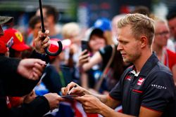 kmKevin Magnussen, Haas F1 Team, signs autographs for fans