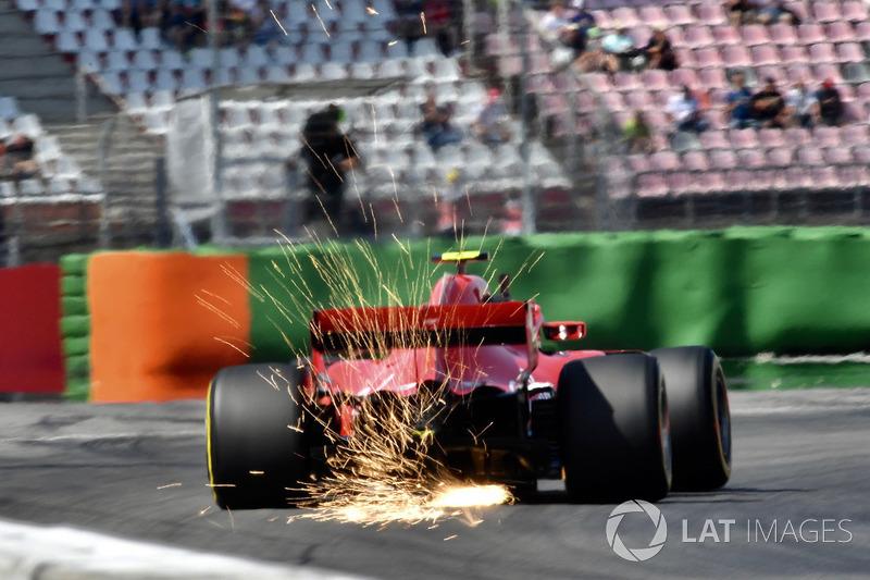 Kimi Raikkonen, Ferrari SF71H sypie iskrami