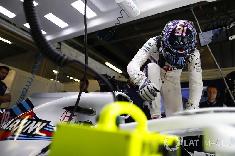 Lance Stroll, Williams Racing, entre dans sa voiture