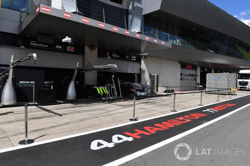 Paravento davanti al box Mercedes AMG F1
