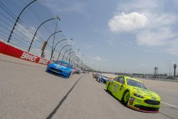 Paul Menard, Wood Brothers Racing, Ford Fusion Menards / Sylvania and Ryan Blaney, Team Penske, Ford Fusion PPG pace laps