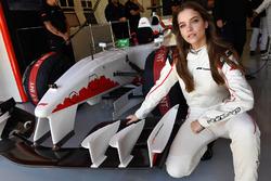 Barbara Palvin en el coche de dos plazas F1 Experiences