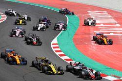 Départ : Kevin Magnussen, Haas F1 Team VF-18, devant Carlos Sainz Jr., Renault Sport F1 Team R.S. 18, Fernando Alonso, McLaren MCL33 et Romain Grosjean, Haas F1 Team VF-18, alors que Stoffel Vandoorne, McLaren MCL33, et Marcus Ericsson, Sauber C37, passent au large