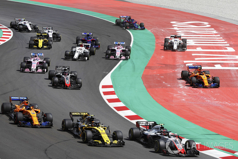 Start: Kevin Magnussen, Haas F1 Team VF-18, leads Carlos Sainz Jr., Renault Sport F1 Team R.S. 18, Fernando Alonso, McLaren MCL33 and Romain Grosjean, Haas F1 Team VF-18, as Stoffel Vandoorne, McLaren MCL33, and Marcus Ericsson, Sauber C37, run wide