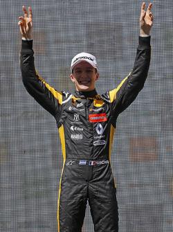 Sur le podium, le vainqueur Sacha Fenestraz, Carlin Dallara F317 - Volkswagen