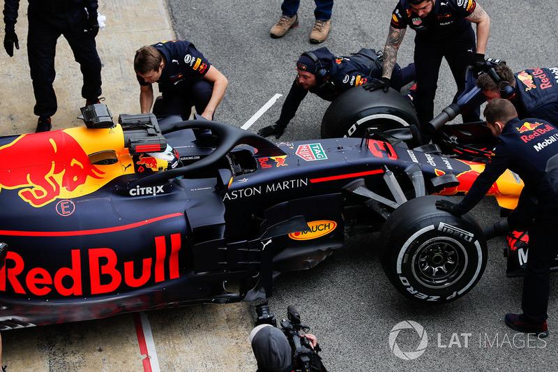 Daniel Ricciardo, Red Bull Racing RB14, enters the pits
