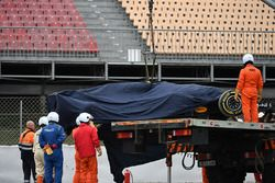 De wagen van Max Verstappen, Red Bull Racing RB14 wordt uit de grindbak gehaald