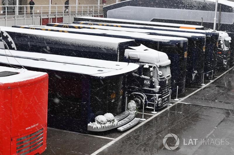 Los camiones de la FIA con nieve