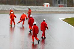 Les commissaires nettoient la piste