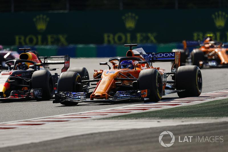 Fernando Alonso, McLaren MCL33, batalla con Daniel Ricciardo, Red Bull Racing RB14