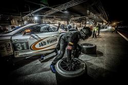 Pit stop, #31 Team Parker Racing Bentley Continental GT3: Seb Morris, Derek Pierce, Rob Smith, Andy Meyrick