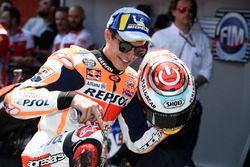 Marc Marquez, Repsol Honda Team, indica il ginocchio graffiato