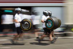 Des mécaniciens Mercedes AMG F1 avec des pneus Pirelli