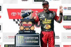Martin Truex Jr., Furniture Row Racing, Toyota Camry 5-hour ENERGY/Bass Pro Shops, festeggia nella victory lane
