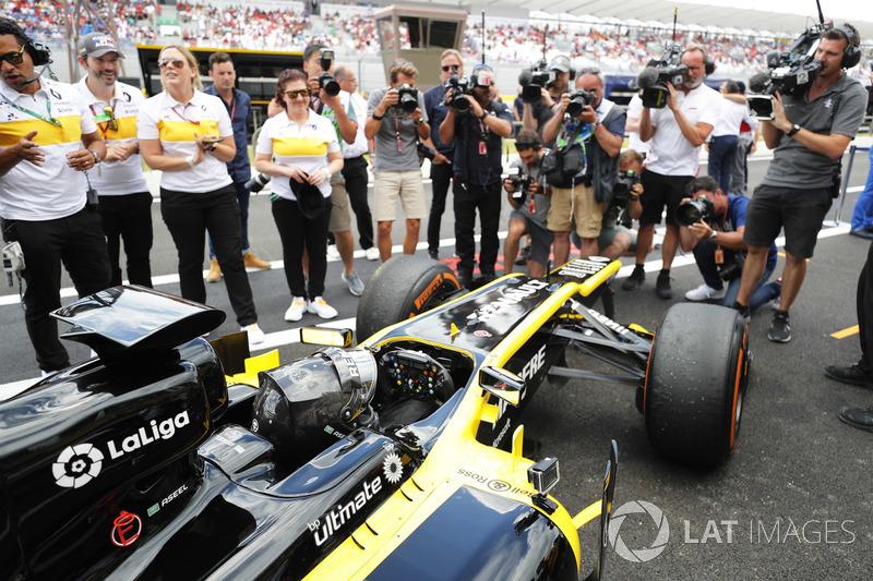Aseel Al-Hamad, revient au stand après avoir piloté une Lotus E20 lors de la parade Renault Passion