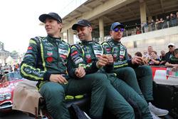Гонщики Aston Martin Racing Алекс Линн, Максим Мартен и Джонатан Адам