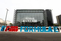 Insegna ABB Formula E fuori dall'E-Village