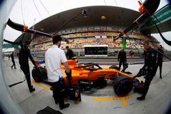 Les mécaniciens McLaren dans la voie des stands avec Stoffel Vandoorne, McLaren MCL33 Renault