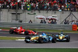 Fernando Alonso, Renault R26 voor Giancarlo Fisichella, Renault R26 en Michael Schumacher, Ferrari 248 F1