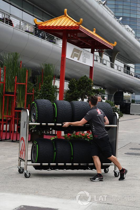 Haas F1 mechanic and Pirelli tyres