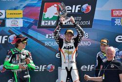 Il vincitore di Gara 2 Thomas Brianti, Talenti Azzurri FMI, festeggia sul podio