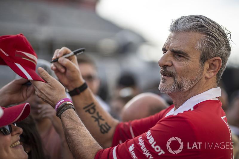 Maurizio Arrivabene, Ferrari Director firma autógrafos para los fans