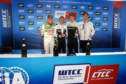 Подиум: победитель Нестор Джиролами, Polestar Cyan Racing, второе место – Норберт Михелиц, Honda Racing Team JAS, третье место – Тед Бьорк, Polestar Cyan Racing